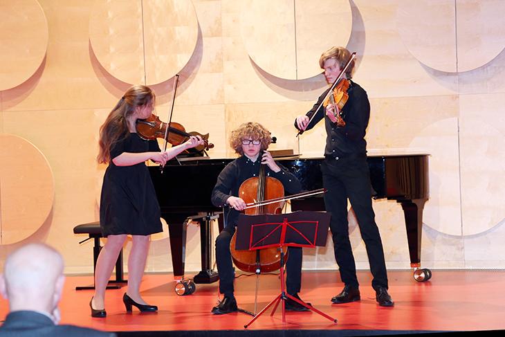 Die Preisverleihung wird von den Geschwistern Zschocke aus Karlsruhe musikalisch umrahmt.