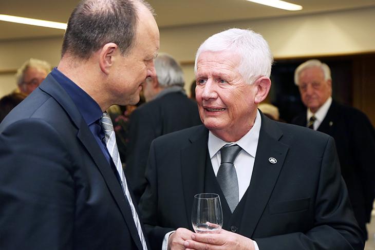 Herr Dieter Hauswirth unterhält sich mit Herrn Oberbürgermeister Werner Spec.