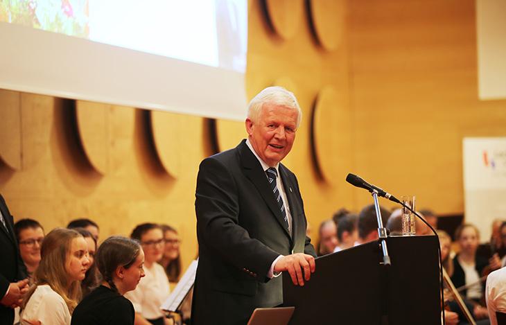 Der Stiftungsvorstand der Lechler Stiftung, Herr Dieter Hauswirth hält die Begrüßungsrede.