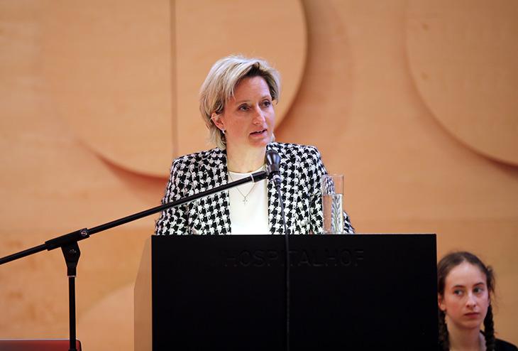 Die Landesministerin für Wirtschaft, Arbeit und Wohnungsbau, Frau Dr. Nicole Hoffmeister-Kraut hält das Grußwort.
