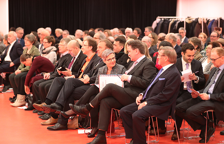 Das Auditorium erwartet gespannt den Beginn der Veranstaltung.