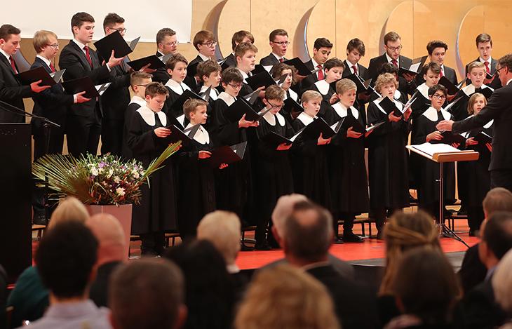 Musikalisch umrahmt wird der Festakt von den Stuttgarter Hymnus-Chorknaben unter der Leitung von Herrn Kirchenmusikdirektor Rainer Johannes Homburg.